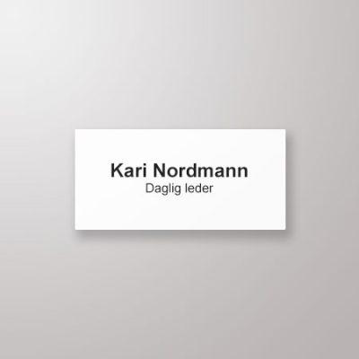 Navneskilt, rette hjørner, 73 x 35, hvit med sort tekst