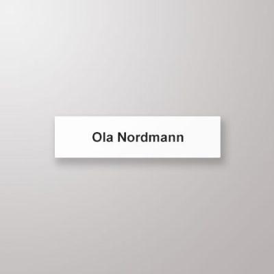 Navneskilt, rette hjørner, 76 x 19, hvit med sort tekst